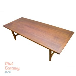 Imposing coffee table made of teak